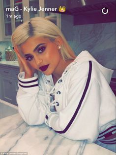 Kylie Jenner shows off her TINY waist as she poses for photos in thick gold belt and camouflage T-shirt Kylie Jenner Fotos, Estilo Kylie Jenner, Kylie Jenner Makeup, Kylie Jenner Outfits, Kendall And Kylie Jenner, Kardashian Jenner, Jenner Girls, Kyle Jenner, Beauty