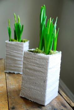 Gemaakt van een melkpak en omwikkeld met linnen. Gaas/gipsverband geeft ook een leuk effect. Omdat de pakken waterdicht zijn, zou je ze ook als vaas kunnen gebruiken.