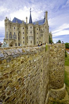 The Episcopal Palace of Astorga is designed by the Spanish architect building Antoni Gaudí , the greatest exponent of Catalan Modernism . It is located in the city of Astorga , Leon province , whose capital city is the ankle House , along with El Capricho in Comillas are the only works of Gaudí outside Catalonia . Construction took place between 1889 and 1915 .