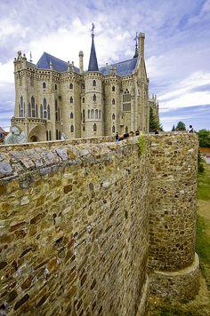 Muralhas do Palácio Episcopal de Astorga. Construído entre 1889-1913, num projeto do arquiteto espanhol Antoni Gaudi. Astorga, província de Leão, Comunidade Autônoma de Castela e Leão, Espanha.