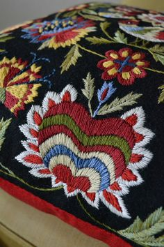 Brodösens blogg: FÅGELKUDDEN ... a close look at the pillow pinned earlier ... Jacobean Embroidery, Embroidery Motifs, Types Of Embroidery, Crewel Embroidery, Beaded Embroidery, Embroidery Designs, Scandinavian Embroidery, Swedish Embroidery, Textiles