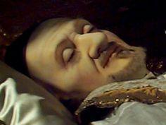 San Vicente de Paul.  A pesar de haber fallecido hace más de trescientos años, su barba permanece perfectamente recortada, y su semblante es digno de alguien que yace dormido, descansando, y no de una persona fallecida siglos atrás.