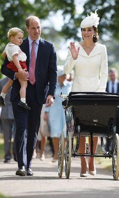Duquesa de Cambridge, Kate Middleton acena para o público que acompanhou o batizado da pequena Charlotte, do lado de fora da igreja Santa Maria Madalena, em Sandringham, na Inglaterra.