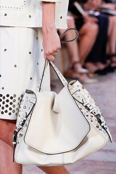 Scoprite subito la selezione di accessori moda e dettagli di stile da copiare, che hanno caratterizzato la Milano Fashion Week Pri