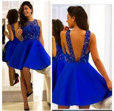 Mix de tecidos no vestido azul curto.