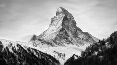 El monte Cervino cobra vida ante el objetivo de Nenad Saljic, que ha fotografiado durante varios años las caras norte y este de esta pirámide de piedra encantada. El movimiento de las nubes, la lluvia, el viento o las estrellas han servido de atrezo natural para un escenario perfecto.