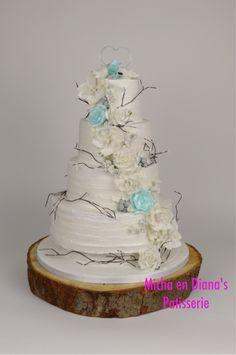Bruidstaart met een winters thema. Kerstrozen van gumpaste, rozen van getrokken suiker en duiven van geblazen suiker.