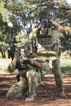 Australian soldiers showing off their equipment Military Gear, Military Police, Military Weapons, Airsoft, Australian Special Forces, Australian Defence Force, Military Special Forces, Naval, Military Pictures