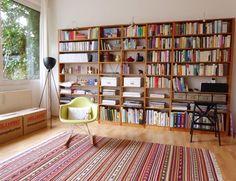 Bookshelves Lundia Eames Rockingchair and IKEA carpet forming a library (Bibiliothek aus Lundia Bücherregalen)