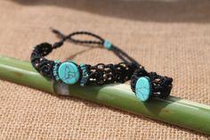 Conjunto d pulsera y anillo hecho a mano en macrame con turquesa y cuentas color bronce, el cierre de la pulsera es corredizo.