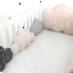 Un petit air rétro pour ce grand tour de lit évolutif nuages, dans les tons gris…