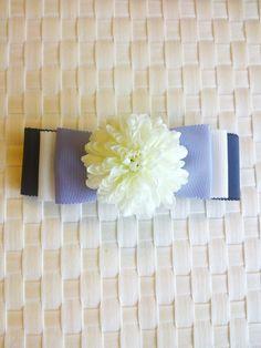 Fiaura flower のバレッタです。バレッタsizeは10㎝。お子様用に小さなシュシュへの変更も可能です。国産リボンで作成。navy×w... ハンドメイド、手作り、手仕事品の通販・販売・購入ならCreema。