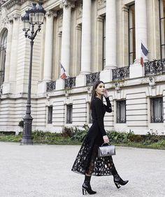 Black and metallic - Earlier arriving at @akrisofficial show - Wearing AKRIS look/bag! #pfw --------- Preto e metalizado - no meu último  look de hoje, para assistir ao desfile de Akris ✨ (Look e bolsa da marca, e bota Dior). #fhitsparis @fhits