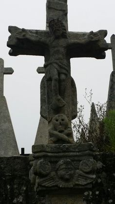 Silan, Lugo  Cruz frente al cementerio e iglesia, un lugar casi perdido de la Galicia profunda.
