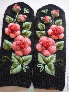 Купить или заказать Варежки с ручной вышивкой 'Розарий 2' в интернет-магазине на Ярмарке Мастеров. Варежки связаны вручную из фабричной пряжи (полушерсть). Мягкие и очень теплые! Оформлены ручной вышивкой в смешанной технике. Оригинальный цветочный орнамент очень необычно смотрится холодной зимой и привлекает внимание окружающих!Основное решение объемная гладь.