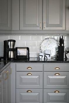Obtain much more info on Kitchen Ideas Remodeling Design Grey Interior Design, Interior Design Living Room, Bodbyn Kitchen Grey, New Kitchen, Kitchen Decor, Kitchen Ideas, Modern Kitchen Interiors, Pantry Design, Home Room Design