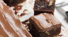 Μια συνταγή για ένα υπέροχο σοκολατένιο κέικ με καρύδια και γλάσο / γκανάς σοκολάτας. Απολαύστε το όλες τις ώρες και σε όλες τις περιστάσεις.  Υλικά συνταγής  140 γρ. σοκολάτα κουβερτούρα ψιλοκομμένη  1 φλ. τσαγιού βούτυρο, κομμένο σε κύβους  4