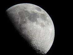 Cómo es el calendario lunar de 2017. En función de la disposición de la Luna, la Tierra y el Sol, la primera se ve iluminada en menor o mayor medida a lo largo del mes. De esta forma, cuando no está iluminada y no podemos verla, se trata...