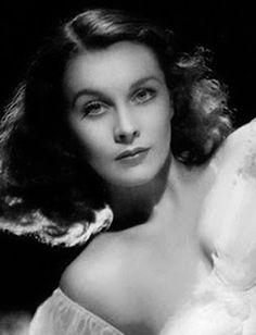 """VIVIAN LEIGH (1913-1967) Es considerada una de las más bellas actrices de todos los tiempos. De origen británico, consiguió abrirse camino en Hollywood gracias a su gran talento y belleza y hoy es recordada por su inolvidable papel de Scarlata O´Hara en """"Lo que el viento se llevó"""". Nació en la India"""