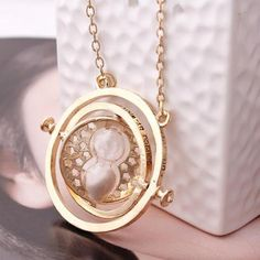 Just Released - Harry Potter Hermione Granger Rotating Time Turner Gold Necklaces The time turner necklace is as authentic as it gets. It's like Hermione pulling it out from her beaded purple handbag Harry Potter Hermione Granger, Harry Potter Film, Ron Weasley, Harry Potter Schmuck, Bijoux Harry Potter, Harry Potter Necklace, Time Turner, Styles Harry, Scorpius And Rose