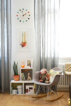 Would love to have a quiet little corner or even better a nursery for when I have a little baby *smiles* This nursery is simple, pretty and functional :)  I liketh.