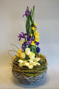 Make use of beautiful Easter flower arrangements to dress up your house ahead of the Easter festival. Find out-of-the-box flower arrangement ideas here. Easter Flower Arrangements, Easter Flowers, Beautiful Flower Arrangements, Floral Arrangements, Beautiful Flowers, Flowers Garden, Ikebana, Deco Floral, Arte Floral
