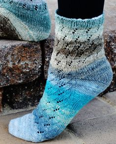 New sock pattern on Knitty - Uzu by Mary the Hobbit Looks great in Noro Taiyo sock yarn. Lace Socks, Crochet Socks, Knitted Slippers, Slipper Socks, Knit Or Crochet, Knitting Socks, Knit Socks, Crochet Granny, Knitting Magazine