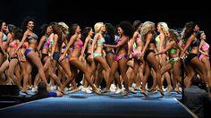 Das Football-Team der Los Angeles Rams sucht für die neue Saison 30 neue Cheerleader. Anwärterinnen präsentieren sich auf einer Bühne in Los Angeles.
