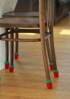 Housses de chaise housses de chaise protecteur de plancher Chair Socks, Ideas Geniales, Wool Socks, Create And Craft, Slipcovers For Chairs, Table Legs, Chair Covers, Wool Yarn, Bunt