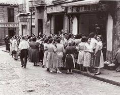 "Taberna  ""Casa Paco""en la calle Embajadores, 36 (Foto Santos Yubero) Best Hotels In Madrid, Murcia Spain, Foto Madrid, Madrid Travel, Great Photographers, Old Pictures, Trip Planning, Monochrome, Photos"