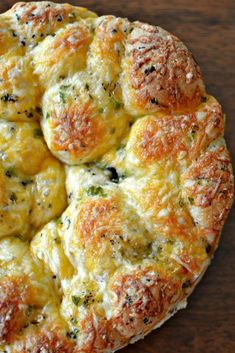 Jalapeno Cheddar Bread Pull Apart Bread combines frozen roll dough, cheddar, Gouda, jalapenos and a perfect blend of herbs into a mouthwatering loaf. Cheese Appetizers, Easy Appetizer Recipes, Jalapeno Recipes, Jalapeno Bread, Jalapeno Cheddar, Cheesy Pull Apart Bread, Dinner Casserole Recipes, Biscuit Bread, Dessert Bread