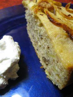 Torta di mele accompagnata da panna montata