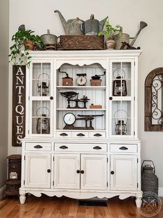 Vintage Hutch Makeover with Chalk Paint makeover chalk paint Vintage Hutch Makeover with Chalk Paint Chalk Paint Hutch, Painted Hutch, Chalk Paint Furniture, Furniture Design, Repainting Furniture, Painted Chest, Chalk Painting, Plywood Furniture, Furniture Projects