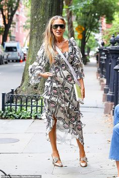Sarah Jessica Parker dons fabulous patterned frock and bejeweled heels Sarah Jessica Parker, Frocks, Ruffles, Kimono Top, Celebrity, Heels, Tops, Women, Style