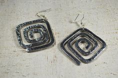 Aluminium wire Earrings hammered spiral square gift by Violanima