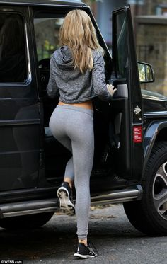 If you would ask us to describe our ideal perfect world, Utopia would be being surrounded by girls in yoga pants. All we want in this - Girls - Check out: Hot Girls in Yoga Pants on Barnorama Athletic Outfits, Sport Outfits, Cute Outfits, Gym Outfits, Athletic Shoes, Legging Outfits, Fitness Outfits, Athleisure Trend, Estilo Fitness