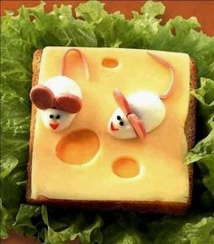 sanduíche de queijo com ratinhos de ovos cozidos