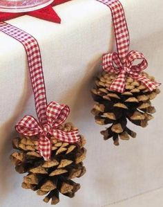 DIY Pine Cone Crafts for Christmas which are a true expression of natural beauty - Saudos Rustic Christmas, Christmas Time, Christmas Crafts, Christmas Ornaments, Christmas Lights, Pine Cone Christmas Decorations, Holiday Decor, Deco Table Noel, Pine Cone Crafts