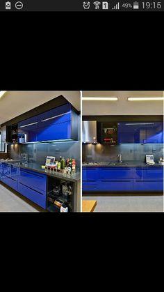 Ultra contemporânea! Cozinha em azul Bic,  detalhes em preto e cinza. Puxadores recortados nas portas e gavetas.
