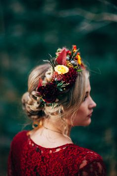 Fall weddings aren't usually filled with flowers. There are actually a lot of beautiful flowers in the season from dahlia to orchids and lilie. Here are 37 different fall flower crown inspire your own wedding day look. Fall Flower Crown, Flower Crown Wedding, Bridal Flowers, Fall Flowers, Flowers In Hair, Flower Crowns, Flower Headpiece, Headpiece Wedding, Bridal Headpieces