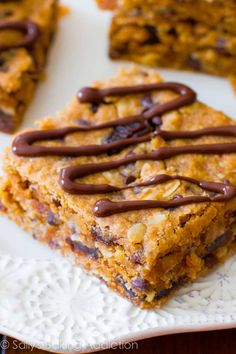 An easy recipe for homemade healthy peanut butter chunk oatmeal bars. Vegan oatmeal bars full of chocolate chips, peanut butter, oats, and raisins.