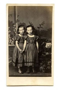 1860s-IDENTICAL-TWIN-GIRLS-MATCHING-CDV-PHOTO-CARTE-DE-VISITE-ANTIQUE-VICTORIAN