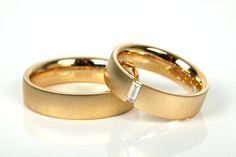 Aufwendige Hochzeitsringe mit Edelsteinverzierunghttp://www.hochzeits-themen.de/ehering-trauring.html
