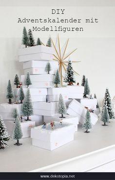 DIY Adventskalender  aus weißen Schachteln und mit kleinen Modellfiguren im Wald zum selber machen