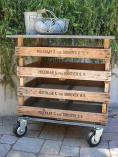 DIY: Make a garden cart -Mesh bottom, stacked vintage Dutch bulb crates or make your own by upcycling pallets. Arte Pallet, Pallet Art, Pallet Ideas, Pallet Projects, Diy Projects, Pallet Wood, Diy Pallet, Crate Ideas, Pallet Patio