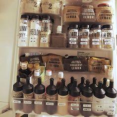 最近、テレビなどでも取り上げられて、品薄な店舗も多いといわれている、セリアのドレッシングボトルをご紹介!ドレッシングボトルといっても形状が違うものもあるので、中でも人気の二種類のタイプについてご紹介。すっきり整頓でき、見せる収納にも最適なドレッシングボトルです。