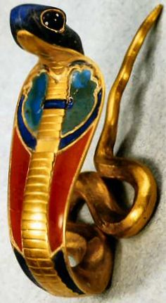 The golden uraeus cobra is the stylized, upright form of an Egyptian cobra used as a symbol of sovereignty, royalty, deity and divine authority in ancient Egypt. Ancient Egyptian Artifacts, Ancient Egyptian Jewelry, Ancient Egypt Art, Ancient Aliens, Ancient History, Egyptian Pharaohs, Egypt Jewelry, Jewelry Art, Art Antique