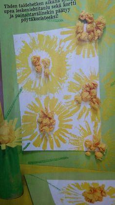 Leskenlehti, auringonkukka, voikukka... Vessapaperirullalla painaen, hapsutettu. Rullasta pöytäkoriste.