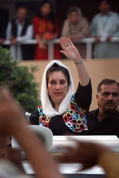 Benazir Bhutto responding to her supporters (jiyalas). I Proud Of You, Pakistan Quotes, Karachi Pakistan, Simple Eye Makeup, Blue Whale, How Are You Feeling, Daughter, Waves, Geo