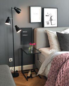 Black Wall! Mit der dunklen Wand ist ein wohnliches Highlight im Schlafzimmer garantiert, wobei die hellen Kissen und das kuschelige Chunky Knit für den perfekten Kontrast sorgen. Unser Highlight: Das angesagte Letterboard - ein persönliches Deko-Piece mit Botschaft! // Schlafzimmer Kissen Decken Bett Leuchte Lampe Bilder Deko Dekoration Nachttisch Ideen Wandfarbe Blumen Vase Schwarz #SchlafzimmerIdeen #Wandfarbe #GuteNacht #Blackwall #Deko@evaundich